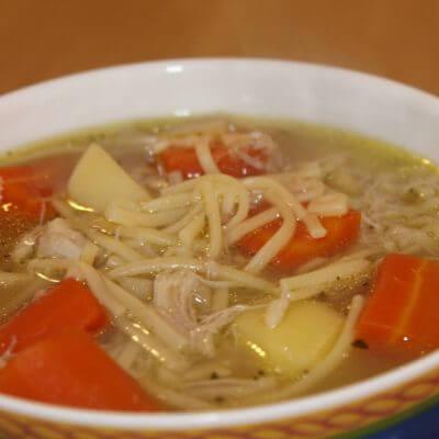 Suppe mit Hühnchen und Nudeln