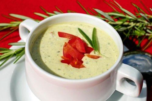 Joghurtsuppe mit Gurke und Räucherlachs